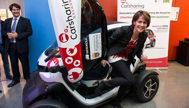 La presidenta del Gobierno de Navarra, Yolanda Barcina, prueba un coche eléctrico de la exposición