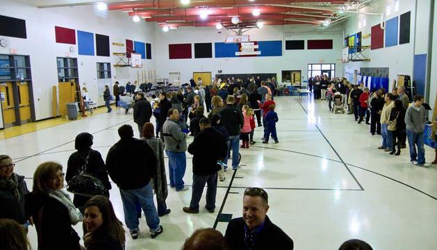Ciudadanos esperando para votar en Bristow, Virginia.