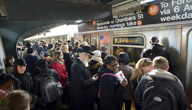 Ciudadanos neoyorquinos esperan la llegada del vagón de metro.