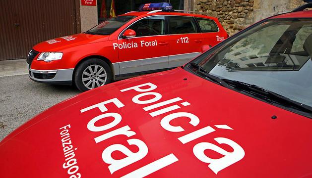 Dos vehículos de la Policía Foral, junto a la fachada de la comisaría de Estella.