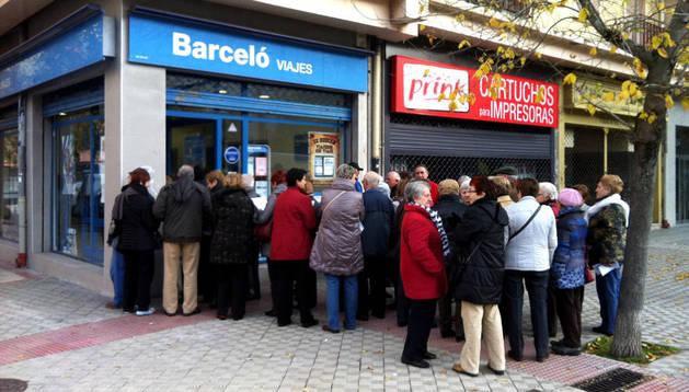 Los jubilados hacen cola en la agencia de viajes situada en Monasterio de la Oliva en Pamplona.