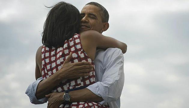 Obama se abraza a su esposa en una foto colgada en Twitter