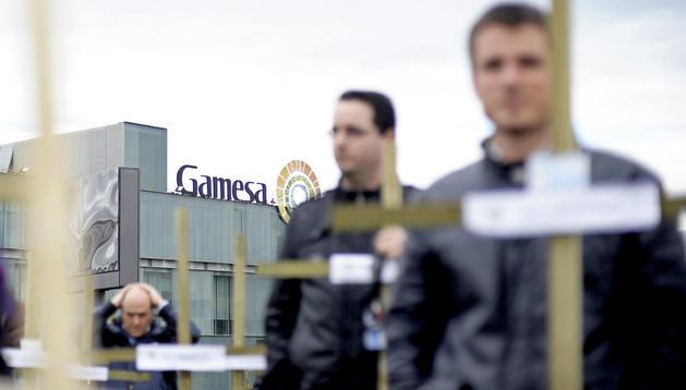 Delegados de los comités de empresa de Gamesa durante la clavada de cruces simbólica que ha tenido lugar frente a la compañía como acción de protesta por los 845 despidos anunciados.