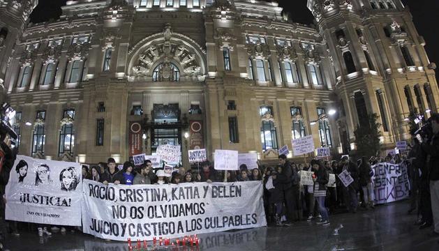 Cientos de personas durante la concentración que se ha celebrado este jueves en la Plaza de Cibeles, para pedir justicia para las cuatro jóvenes fallecidas