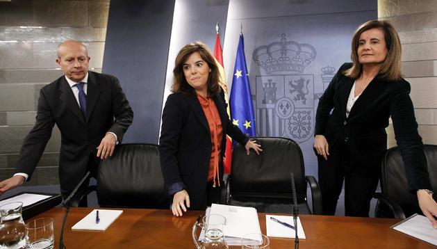 La vicepresidenta del Gobierno, Soraya Sáenz de Santamaría (centro), y los ministros de Educación, Cultura y Deporte, José Ignacio Wert (izda.), y Empleo, Fátima Báñez (dcha.) antes de una rueda de prensa.