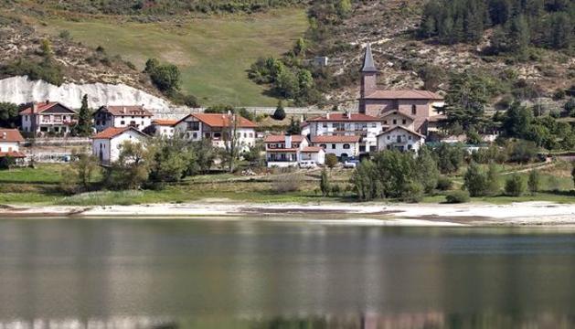 Localidad de Eugi, a orillas del embalse.