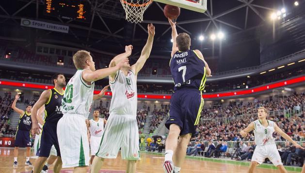 Martynas Pocius intenta la canasta en el partido que el Real Madrid ha ganado al Ljubljana