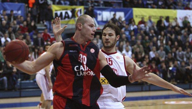 Maciej Lampe (i), del Caja Laboral, en acción ante Miro Bilan (d), del Cedevita Zagreb, durante el partido de la Euroliga de baloncesto que sus equipos disputaron en Zagreb