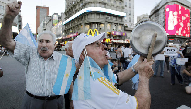 Manifestantes hacen sonar las caserolas en el Obelisco de Buenos Aires