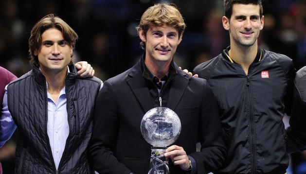 Juan Carlos Ferrero ha sido homenajeado en Londres. En la imagen aparecen a su lado David Ferrer (izda) y Novak Djokovic (dcha)