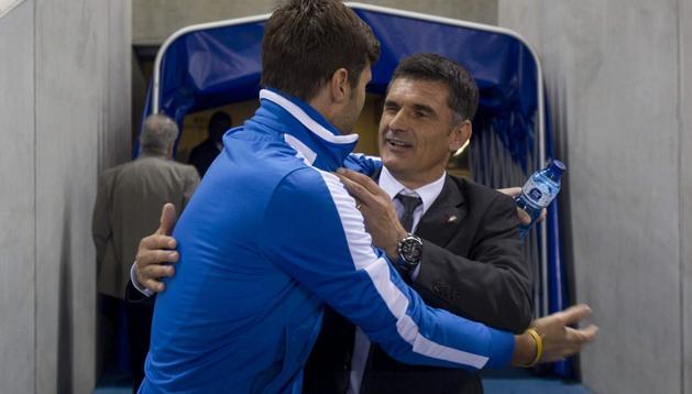 José Luis Mendilibar, entrenador de Osasuna, saluda a Mauricio Pochettino, técnico del Espanyol, antes del partido