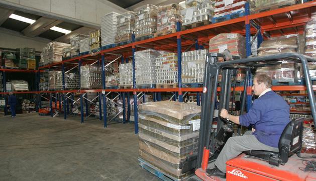 Un operario en el almacén del Banco de Alimentos de Navarra, en Pamplona