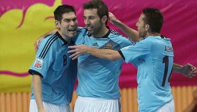 España se enfrentará este miércoles a Rusia. En la iamgen, Torras (c) es felicitado por sus compañeros Kike (izda) y Alemao tras marcar un gol ante la anfitriona Tailandia