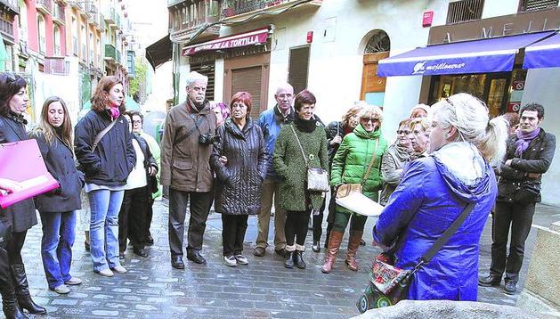 El grupo que hizo ayer el recorrido por la historia de Pamplona y de sus mujeres, atiende las explicaciones de Silvia Fernández en Navarrería.