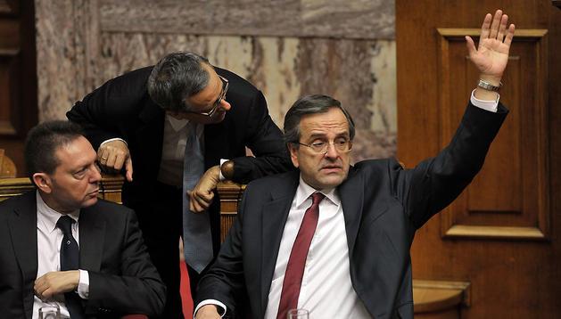 El  primer ministro griego, Antonis Samaras, vota para aprobar los presupuestos de 2013
