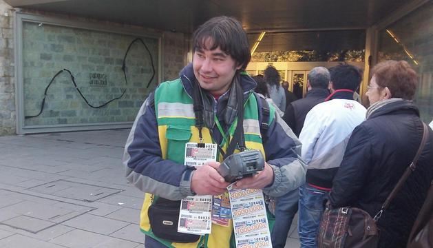 Iosu Raya, vendedor pamplonés de 29 años de la ONCE, en su puesto de trabajo en el ascensor de Descalzos