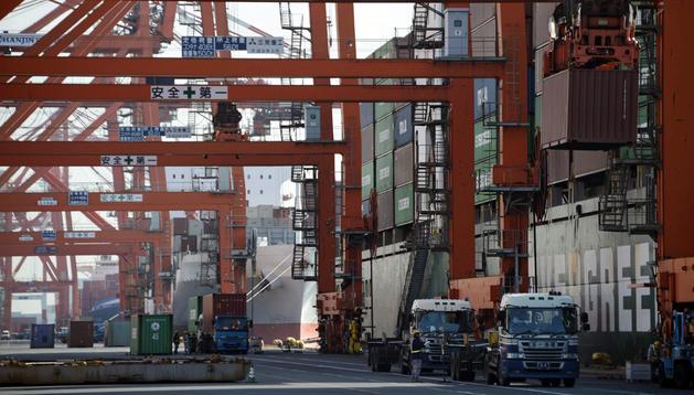 Vista de un buque de carga atracado en el puerto de Tokio, en Japón