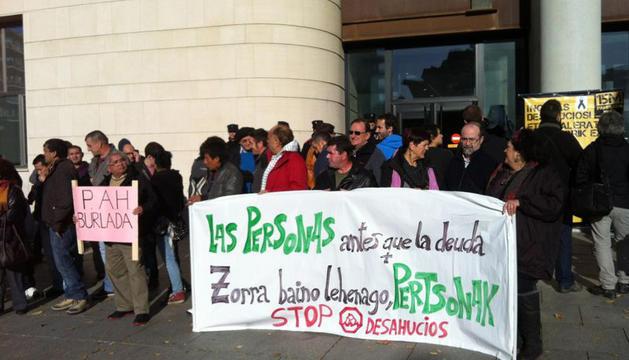 Un momento de la protesta en la puerta de la Audiencia