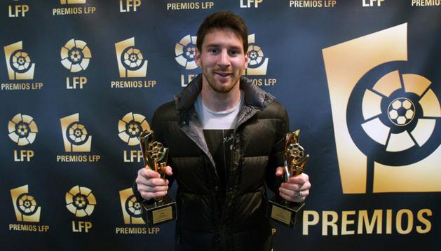 El delantero argentino del Barça Leo Messi repite por tercera vez consecutiva como mejor jugador y delantero de los premios entregados por la Liga de Fútbol Profesional (LFP)