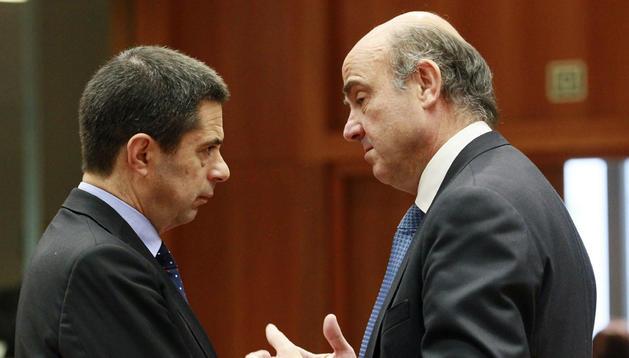 El ministro español de Economía, Luis de Guindos (d), conversa con su homólogo luso, Vitor Gaspar