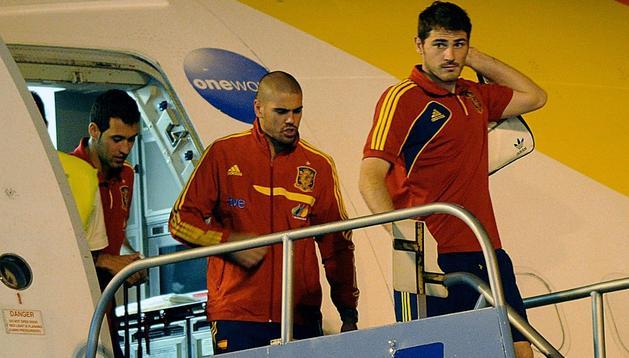 Casillas, Víctor Valdés y Busquets bajan del avión tras llegar a Panamá