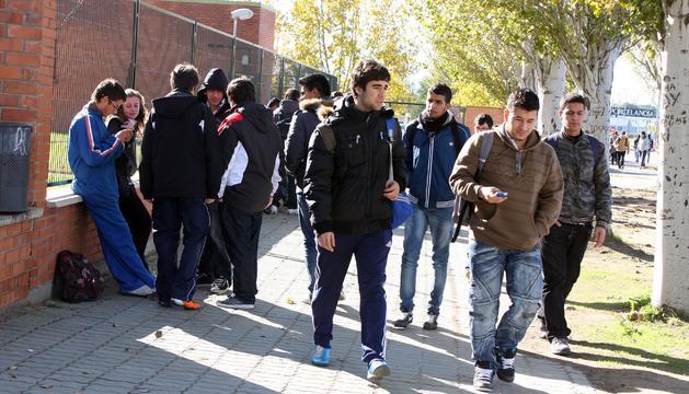 Imagen de estudiantes riberos en las inmediaciones del Centro Integrado Politécnico ETI de Tudela