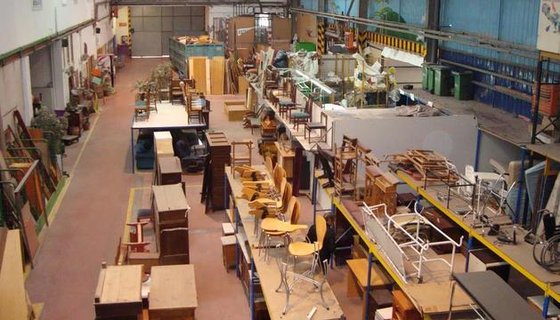 Interior de una de las naves de Traperos de Emaús en la localidad navarra de Sarasa