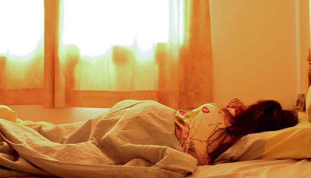 Los expertos indican que es importante desconectar de todo aquello que pueda excitar nuestros sentidos al menos dos horas antes de acostarse