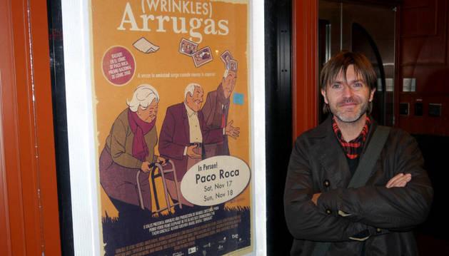 EL dibujante de cómics español, Paco Roca, posa con el cartel de