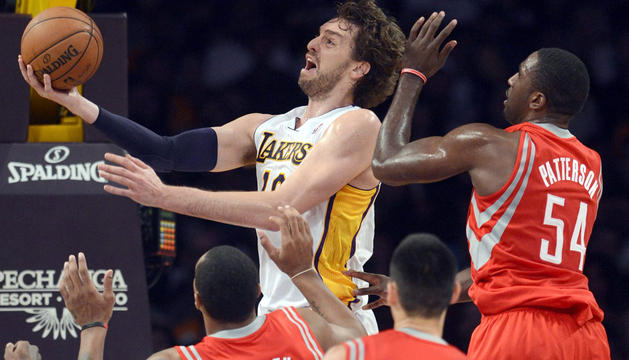 Pau Gasol, de los Angeles Lakers, entre Greg Smith, Jeremy Lin  y Patrick Patterson