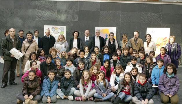 Alberto Catalán, con estudiantes, docentes y parlamentarios en la Cámara Foral