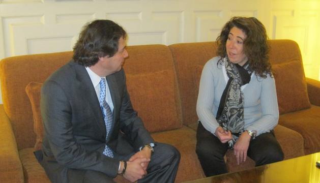 La delegada del Gobierno en Navarra, Carmen Alba, charla con el nuevo director del Centro Penitenciario de Pamplona, Enrique Soto
