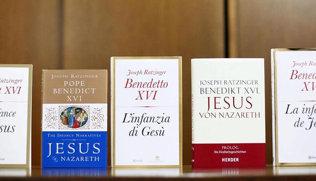 El libro del Papa, en diferentes idiomas