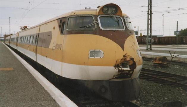 Imagen del electrotrén basculante amarillo, en la estación de Castejón.