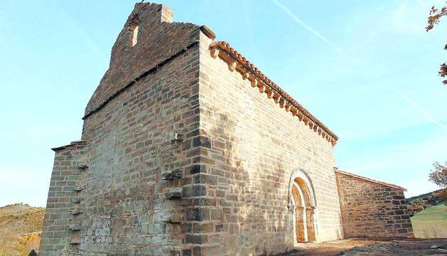 La foto refleja el estado de la misma ermita, tras la reforma, en una imagen tomada esta semana.