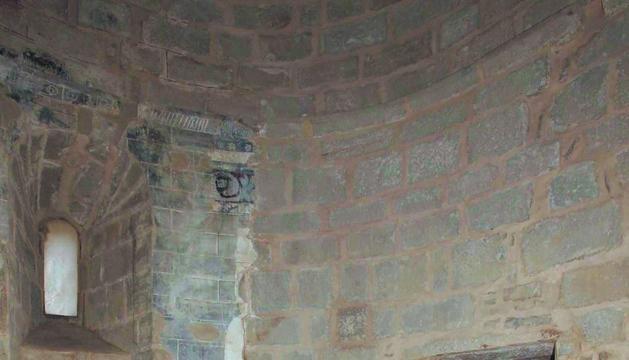 Se ha reabierto una ventana que permanecía oculta tras un retablo ya desaparecido y se han reparado tres grietas verticales, además de consolidarse los restos de distintas pinturas.