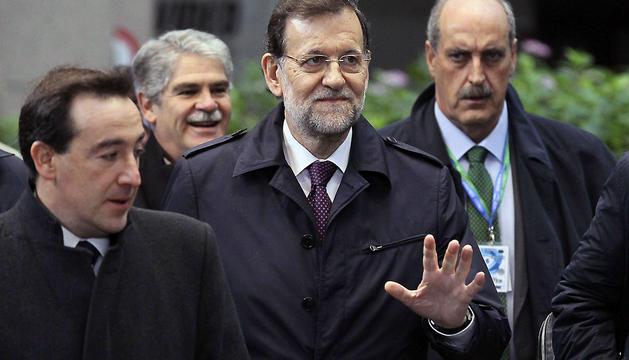 El presidente del Gobierno español, Mariano Rajoy, saluda a su llegada a la reunión con el presidente del Consejo Europeo, Herman Van Rompuy.