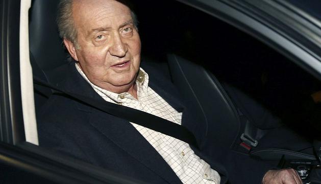 El rey Juan Carlos saluda a los medios a su llegada esta tarde al Hospital San José de Madrid para ser sometido a una intervención quirúrgica en la cadera