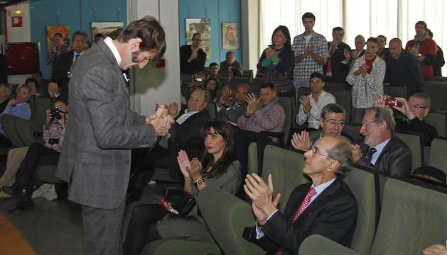 El diestro jerezano Juan José Padilla  frente a su esposa Lidia Cabello y Antonio Purroy en la UPNA.