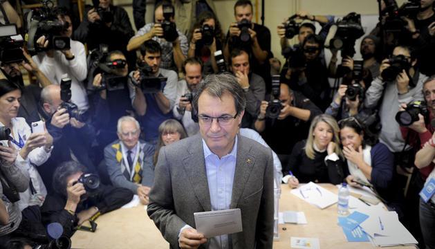 El candidato de CiU a la presidencia de la Generalitat, Artur Mas, votando.