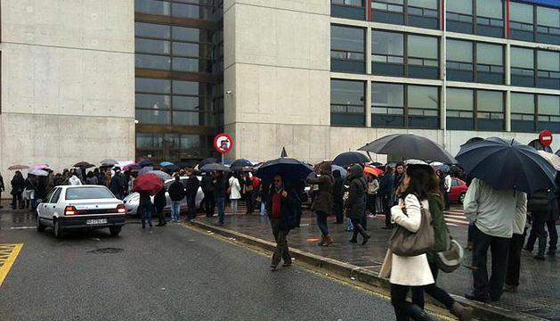 Algunos de los aspirantes a la oposición de Enfermería, este domingo a la entrada de la UPNA