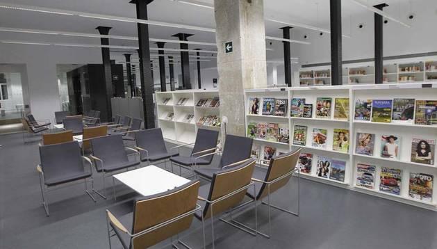 Vista de una de las zona de lectura y consulta de revistas de la nueva biblioteca de San Francisco que se abre hoy