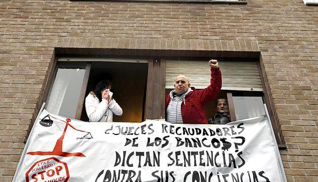 La plataforma de afectados por la hipoteca convocó desde el sábado por la tarde una concentración en el portal de la calle San Francisco 1 de Burlada para evitar el desahucio de Pilar Martínez
