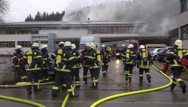 Un grupo de bomberos trata de apagar un incendio en un taller de discapacitados en la localidad de Titisee-Neustadt, Alemania