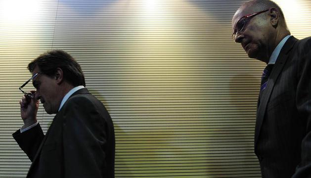El presidente catalán en funciones y líder de CiU, Artur Mas (i), acompañado del secretario general de CiU, Josep Antoni Duran Lleida (d), en la rueda de prensa posterior a la reunión de la Comisión Ejecutiva