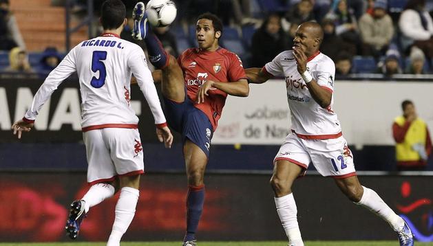 Manu Onwu controla el balón durante el partido ante el Sporting