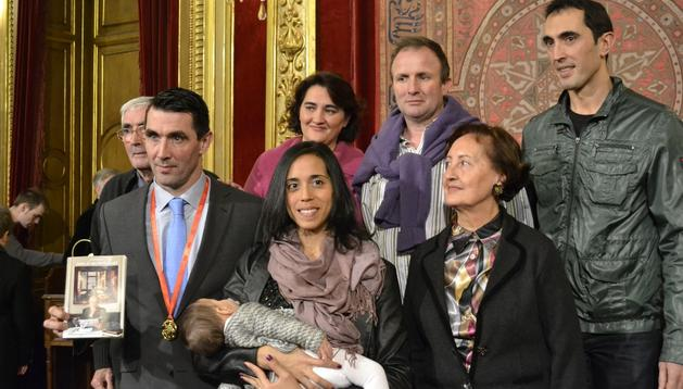 Mateo Garralda, junto a su familia tras recibir la Medalla de Oro al Mérito Deportivo en el Salón del Trono del Palacio de Navarra