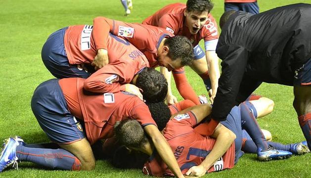 Los jugadores de Osasuna celebran un gol en el partido ante el Sporting