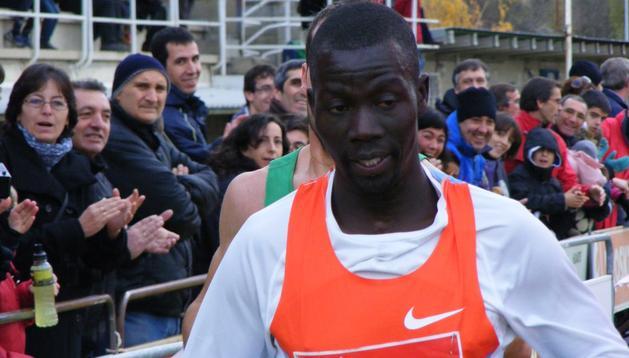 Abel Mutai, gran favorito, entra en línea de meta. Tras él, Iván Fernández, que empujó al atleta africano para que entrara ya que Mutai se había parado pensando que ya había llegado