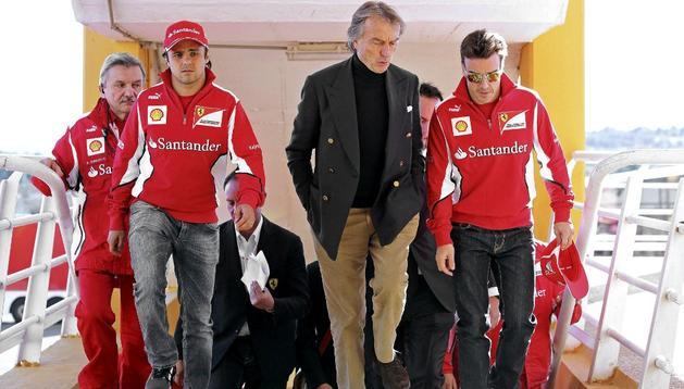 Los pilotos de Fórmula Uno, el español Fernando Alonso (d) y el brasileño Felipe Massa (i) conversan con el presidente de la escudería, Luca Cordero di Montezemolo